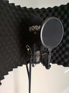 Rode microphone including stand and isolation shield