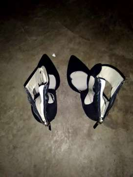 I'm selling high heel shoes size 5 is in good condition.