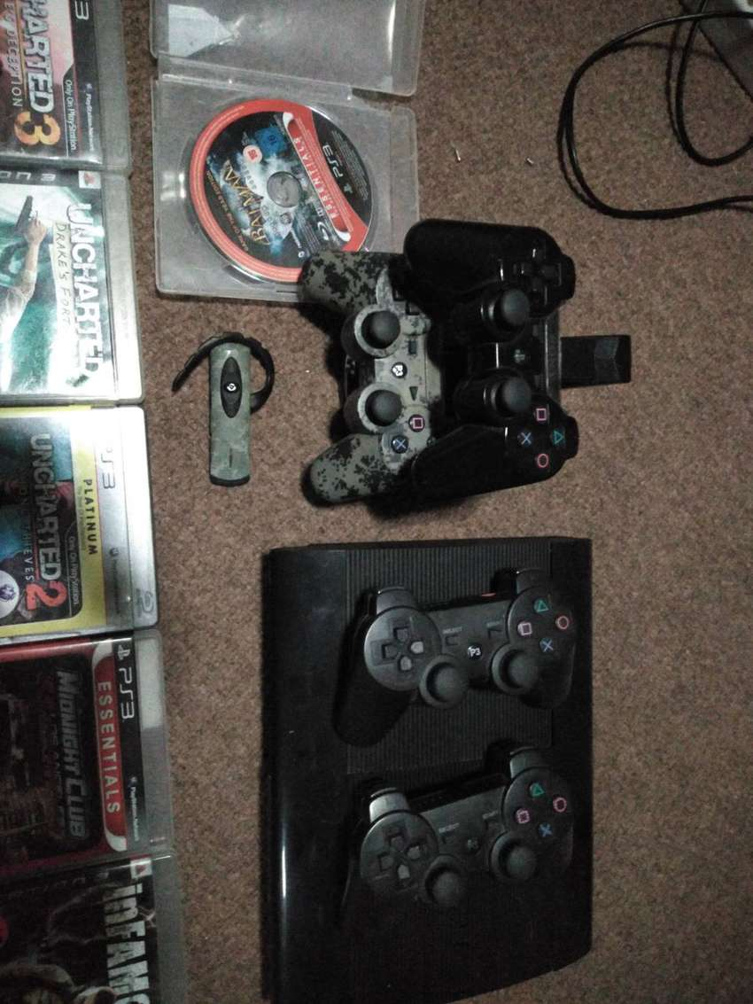 Playstation 3 (Ps3) plus accessories. 0