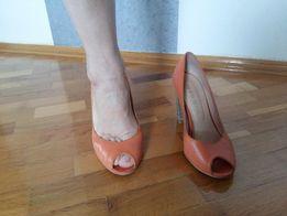 Шкіряні туфлі з відкритим пальчиком абрикосового кольору.