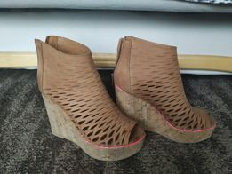 Śliczne skórzane buty na wysokiej koturnie, super, ażurowe, camel