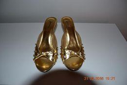 Złote klapki ze skóry na koturnie z serduszkiem :)
