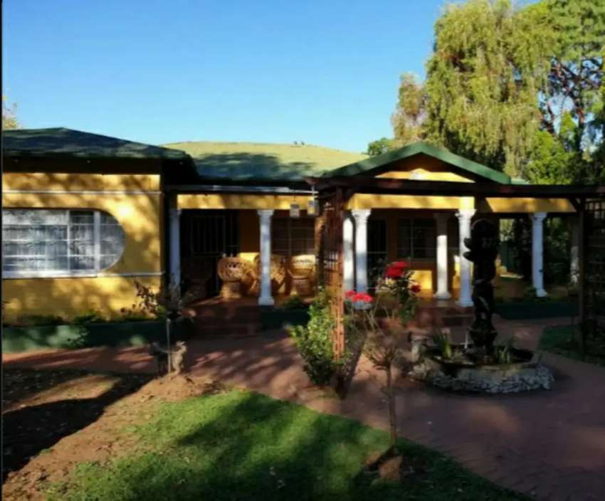 3 bedroom house with 2bedroom flat in middelburg central 0