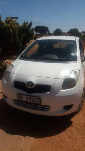 Selling my 2006 moddle toyota yaris whit in colour 2door hatchback