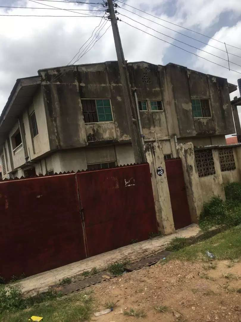 A building of 5 flats at Adebisi, NNPC area,  Apata 0