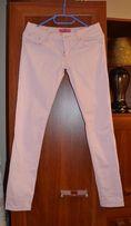 różowe spodnie na lato
