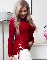 Czerwony sweter z wiązaniem na boku