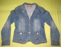 Джинсовая куртка с украшением на спине