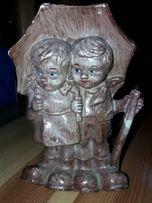 Figurka chłopiec i dziewczynka pod parasolem