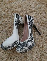 Туфли на шпильке с вышивкой