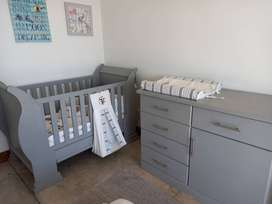Baby sleigh cot and compactum