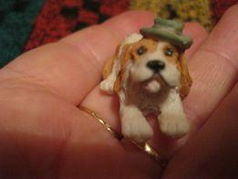 на стол сувенир в шляпе собака спаниель белая с рыжим фигурка статуэтк