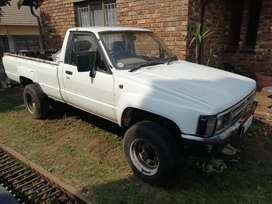 Toyota Hilux 2.2 4wd + full canopy