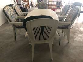 8 X plastic garden chairs ,cushions and table