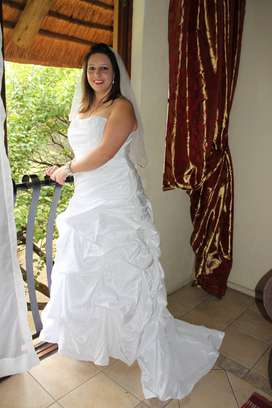 WEDDING DRESS ONLY WORN ONCE SIZE 38 BOUGHT FROM BRIDE & CO URGENT SA