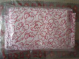 Комплект постельного белья белое с красным рисунком.