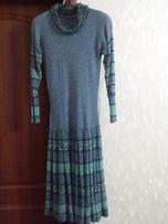 Голубое трикотажное платье с длинным рукавом