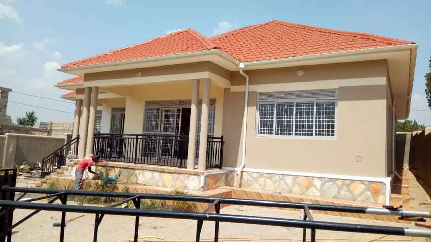 Brand new 4bedrooms 3baths standalone in kira-shimon rd at 1m 0