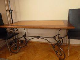 Duży drewniany stół z nogami z metaloplastyki