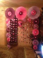 фотозона на праздник из бумажных вееров и гирлянды