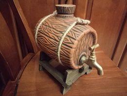 керамическая бочка с бронзовым краном на деревянной подставке