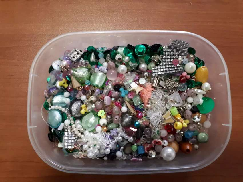VARIOUS SEQUINS AND BEADS 0