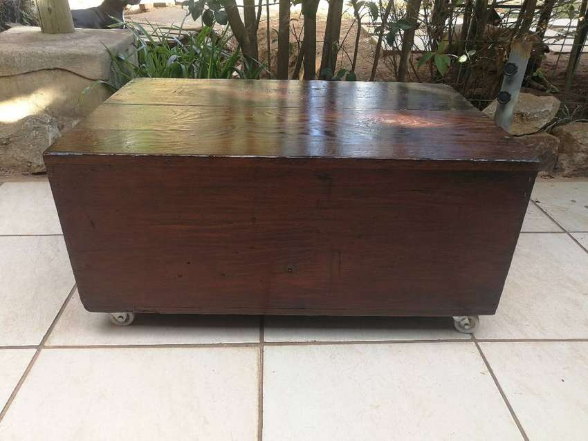 Old wooden incubator box coffee table. 0