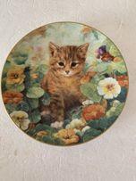 Колекція тарілок з котятами .