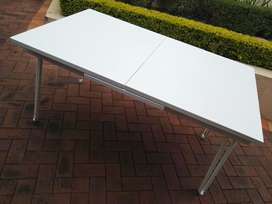 Extendable steel table