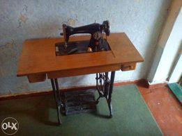 Швейная машинка УИМЗ им. Калинина с ножным приводом.