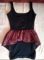 Czarna sukienka z czerwoną baskinką