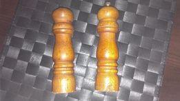 młynek do pieprzu i solniczka drewniana