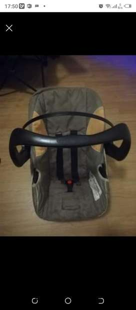 Selling cot and carseat for 1000rand