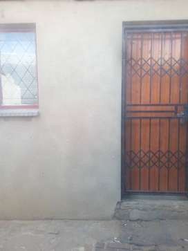 Spacious room to rent available immediately R1000 plus R1000 deposit
