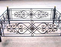 Кованые ограды и кресты на кладбище