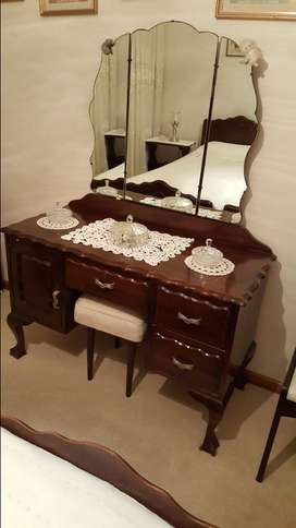 4 piece bedroom suite: 2x Single beds, dressing table and nightstand