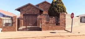 3 Bedroom House for sale in Hillsview