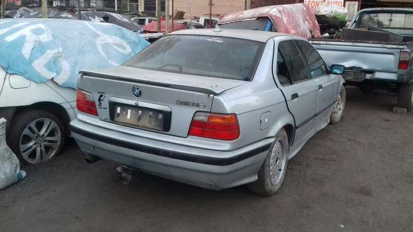 Bmw 318 is dolphin stripping for spares 0