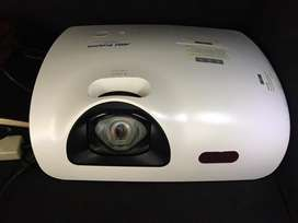 Selling to go R1000 projector not neg