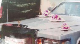 Dekoracja różowa samochodu ślubnego