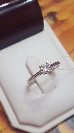 Золотое кольцо с бриллиантом .