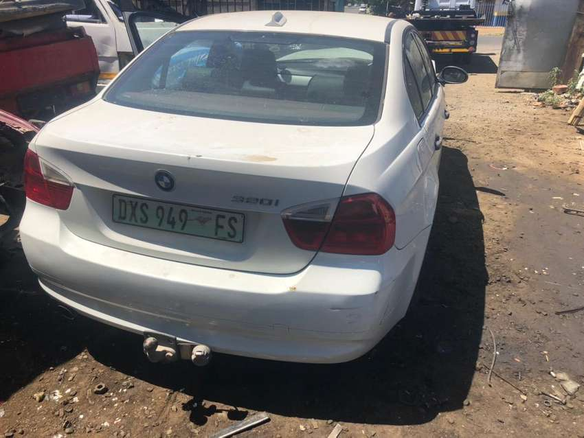 BMW E90 320i-2006 STRIPPING FOR PARTS 0