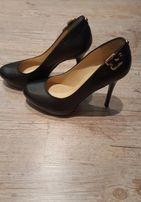 Черные кожанные туфли на каблуке итальянской фирмы Guess