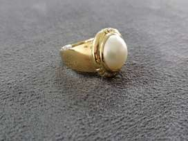 9ct yellow gold ladies ring with round mabe.