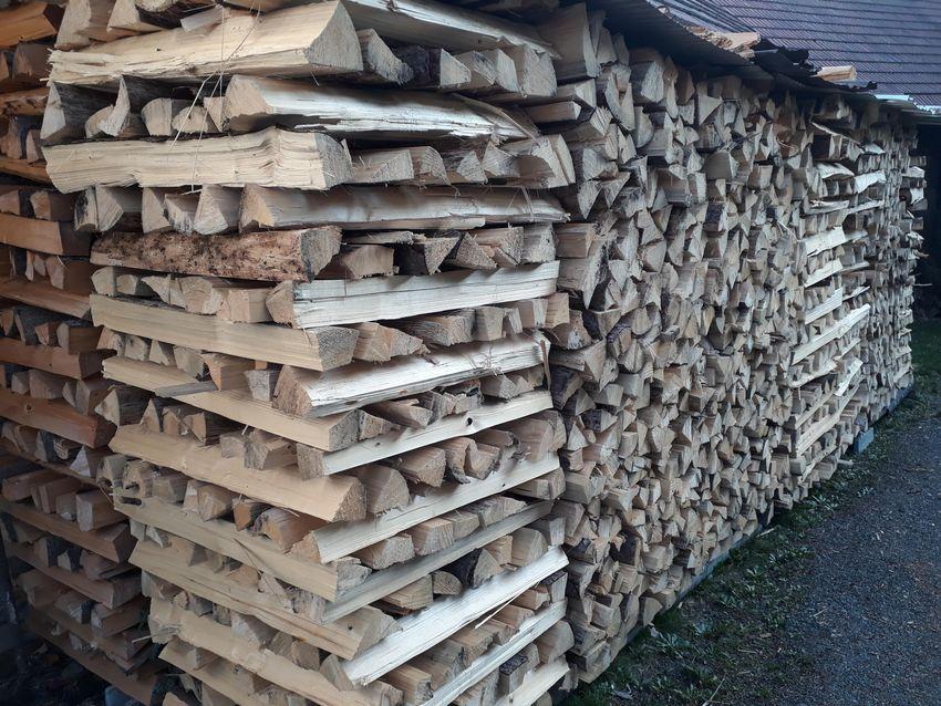 Suché palivové dřevo naštípané do m. štěpin 0