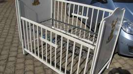 Baby dropside cot