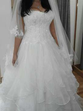 Beautiful ivory viola Chan wedding dress size 6-8, only worn once.