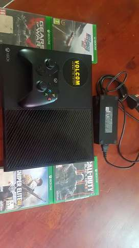 Xbox one 4 games on disk and 3 games on console 1 controller