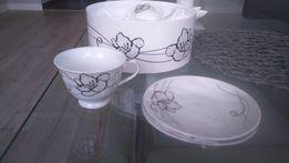 Zestaw filiżanek białe w czarne kwiaty na prezent Dzień babci