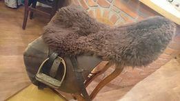 Nakladka na siodło z naturalnego futra.